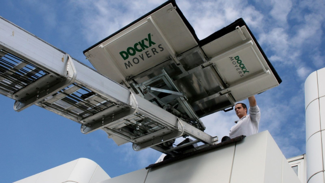 Carefree moving with Dockx moving lift and operator